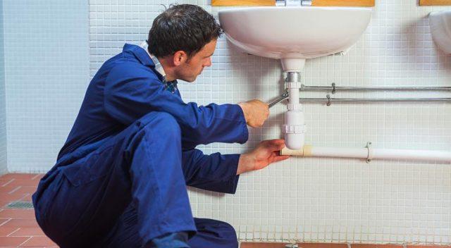 Qui doit payer l'intervention d'un plombier ?