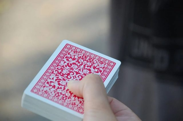 Jouer au poker : 3 astuces pour améliorer votre jeu